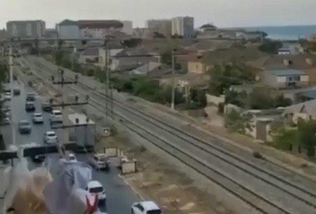 Пьяный прохожий решил отдохнуть на путях в Дербенте - и не заметил приближающегося поезда