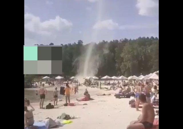 Смерч не смог напугать суровых челябинцев, отдыхающих на пляже