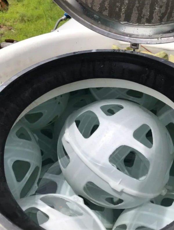 Шары, которые перевозят в цистернах с водой, чтобы она не плескалась при езде и не перевернула грузовик