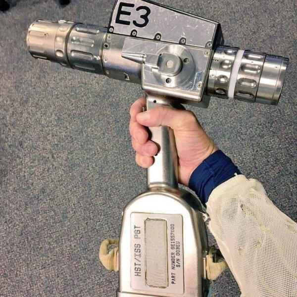 Прибор, который объединяет в себе отвёртку и дрель — использовался в космосе для починки телескопа «Хаббл» и МКС