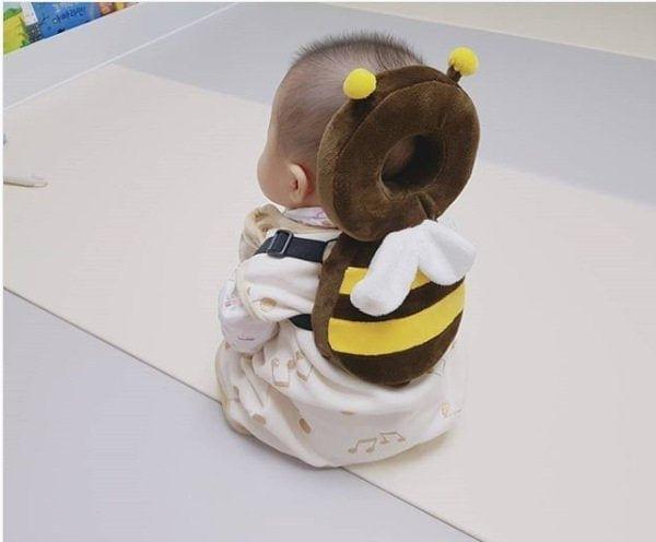Специальный подголовник, который защищает голову малыша при падении
