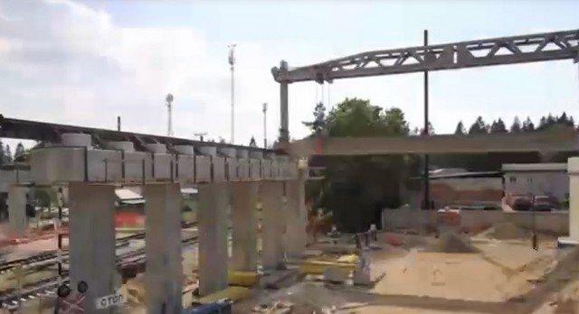 Дорожники Ленобласти с помощью редкого крана возводят путепровод через железную дорогу