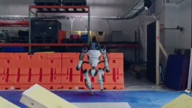 Компания Boston Dynamics расширила возможности роботов - теперь они даже делают сальто