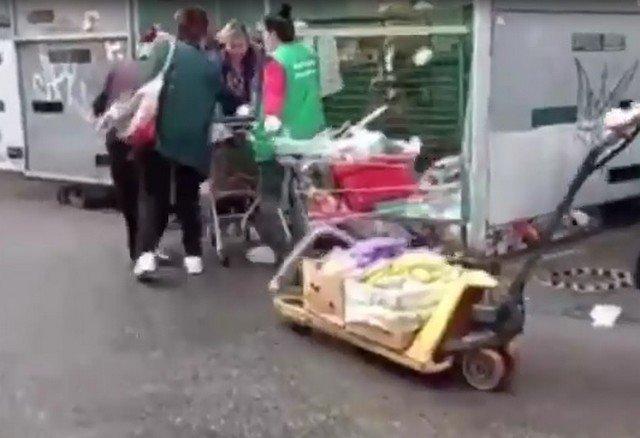 """Петербургские пенсионеры ждут еду у мусорки - просроченные продукты отдает """"Пятерочка"""""""