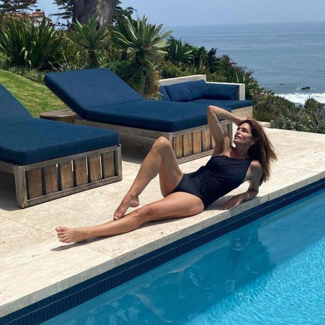 Топ-модель Синди Кроуфорд в синем купальнике