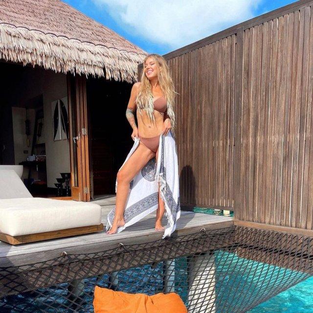 Певица Рита Дакота в коричневой купальнике