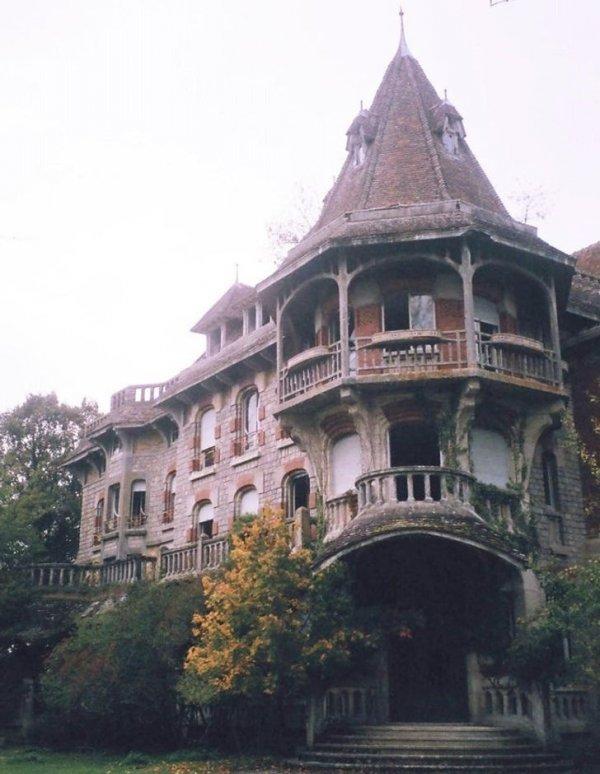 Старая усадьба во французской деревне, где-то между Парижем и Ле-Маном