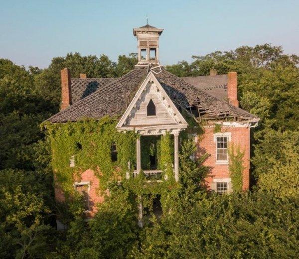 Фермерский дом на Среднем Западе, поросший листвой