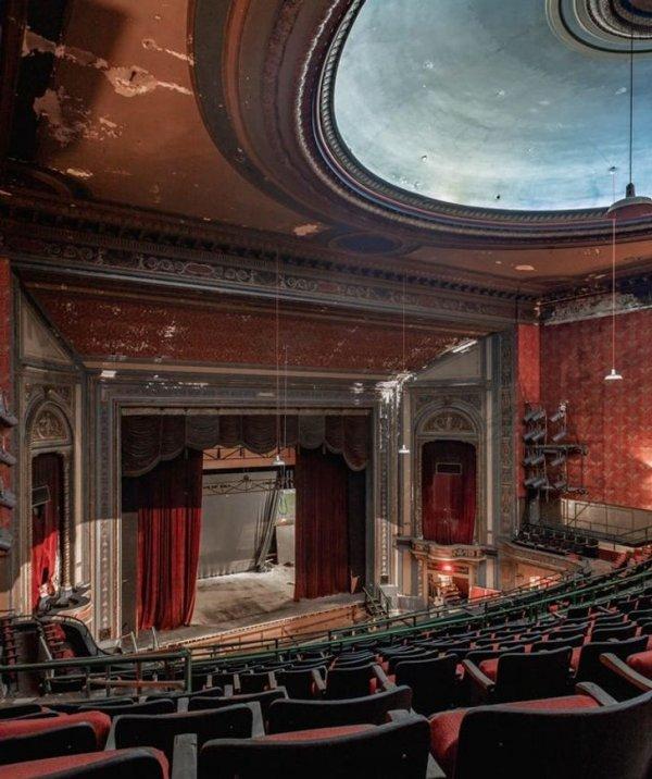 Заброшенный театр где-то на Среднем Западе