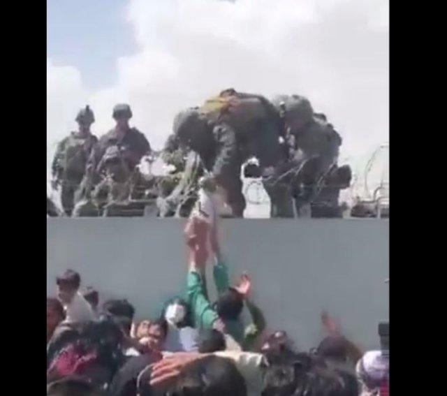 В аэропорту Кабула родители отдают своих детей военным, чтобы те вывезли их из страны