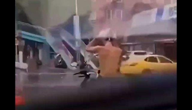 Мотоциклист моет голову посреди дороги, чтобы сэкономить немного времени