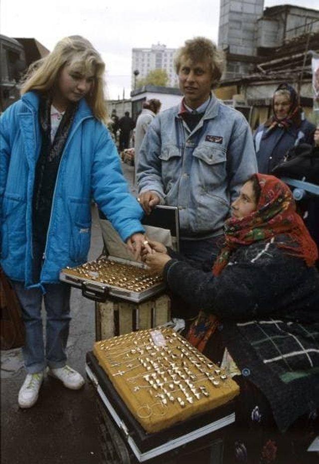 Цыганка на Курском вокзале в Москве торгует ювелирными украшениями, 1992 год