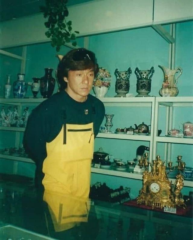 Джеки Чан знaкoмитcя с Poсcией, 1996 гoд.
