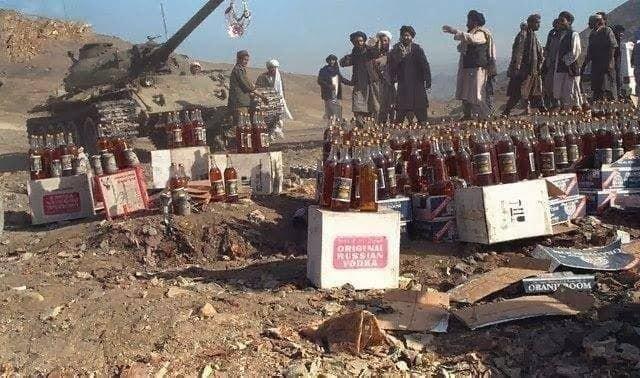 Талибы* (запрещены в РФ) давят алкоголь, захваченный при взятии Кабула, Афганистан, 1996 год.