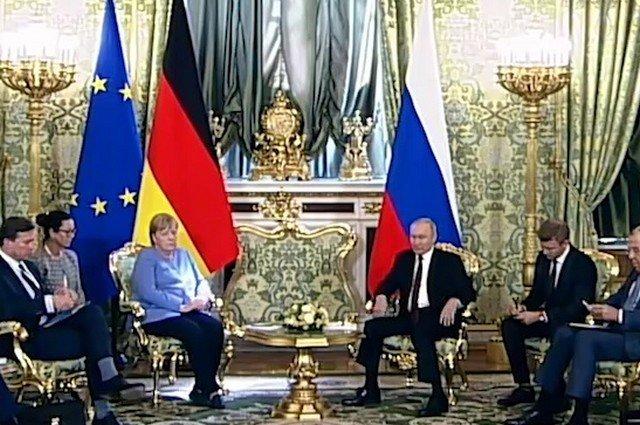 Неловкий момент: кто позвонил Ангеле Меркель на приеме у Владимира Путина