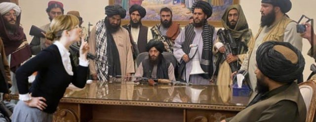 Лучшие фотожабы на боевиков из Афганистана, которые сидят за столом