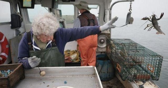 Бабуля эффектно выкинула омара за борт и случайно начала фотошоп-баттл