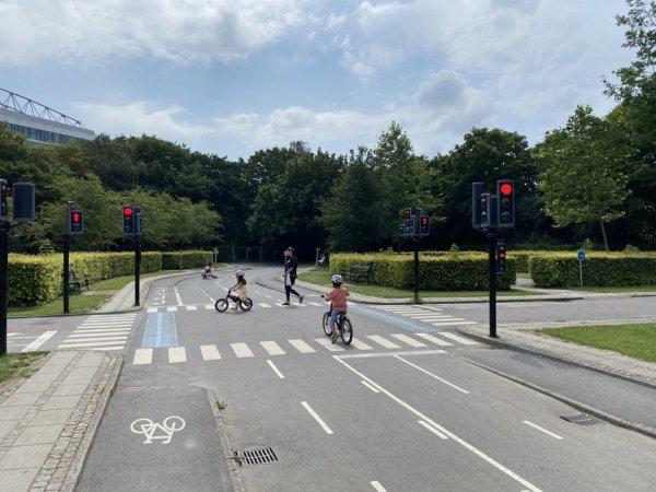 В Копенгагене есть площадки, где дети учатся ездить на велосипеде по настоящей улице