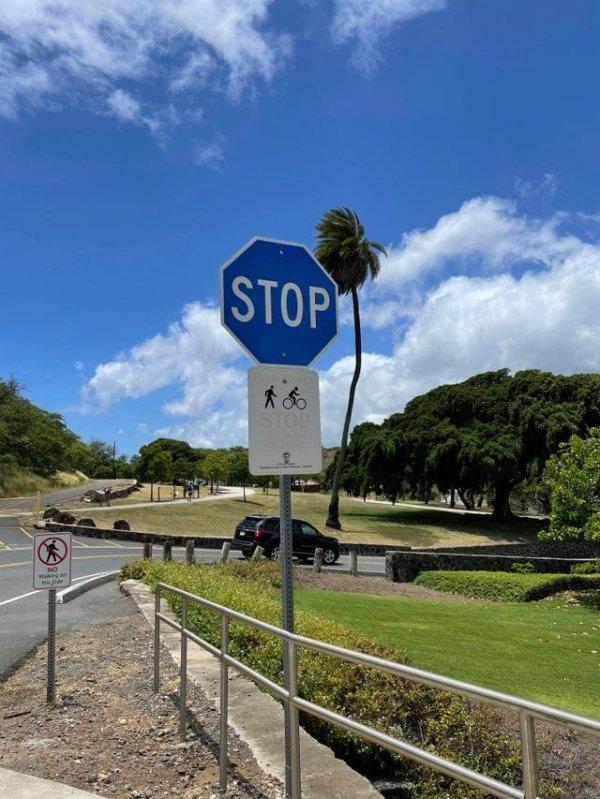Синий знак «Стоп» на Гавайях