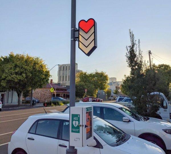 На некоторых улицах в городе Аделаида установлены дефибрилляторы