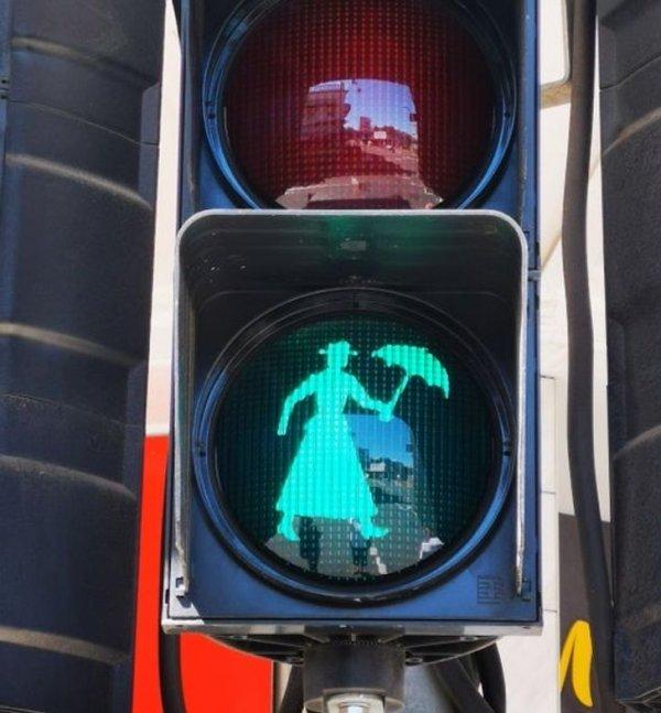 Памела Трэверс, автор книг о Мэри Поппинс, родилась в австралийском Мэриборо, и там есть вот такие светофоры
