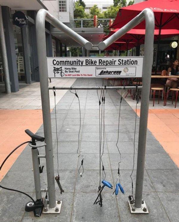 В городе Брисбен есть общественные станции ремонта велосипедов