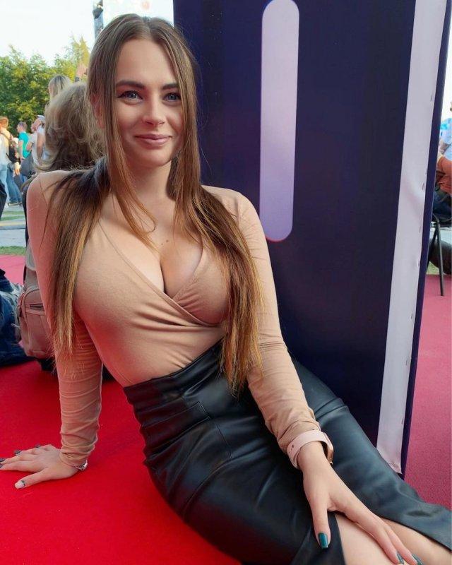 Стримерша Новаковская Михалина в платье с декольте