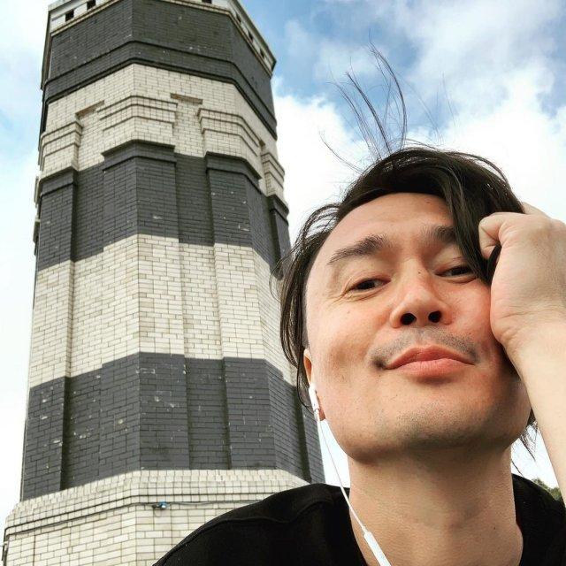 Экстрасенс и шаман Дардо Кусто н фоне маяка