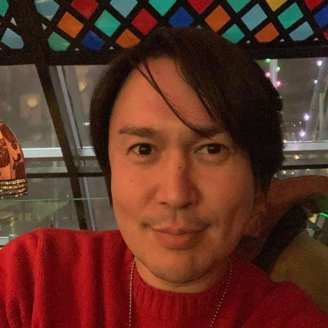 Экстрасенс и шаман Дардо Кусто в красном свитере
