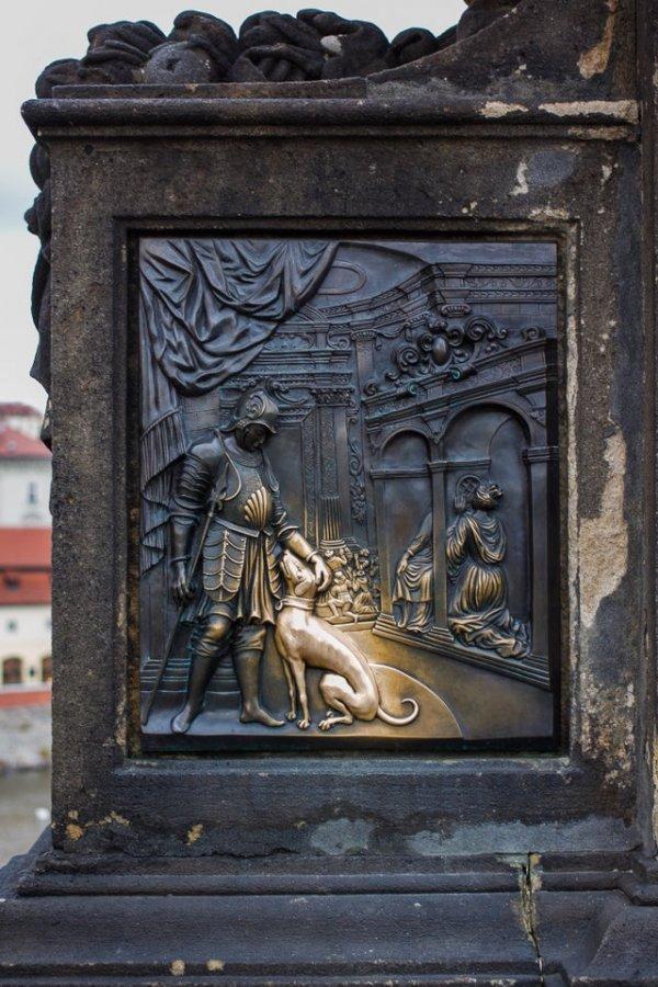 Эта рельефная собака светится от того, что прохожие гладят её уже на протяжении нескольких сотен лет. Карлов мост, Прага.