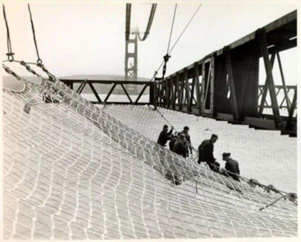 При строительстве моста Золотые Ворота ведущий инженер-строитель Джозеф настаивал на установке страховочной сетки