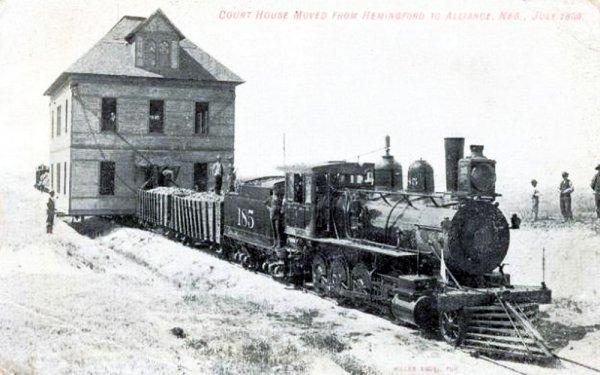 На фото запечатлено перемещение здания суда по железной дороге, Небраска, США, 1899 год