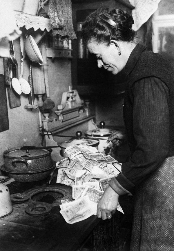Гиперинфляция в Германии 1920-х годов — печку в доме затапливали обесцененными ассигнациями