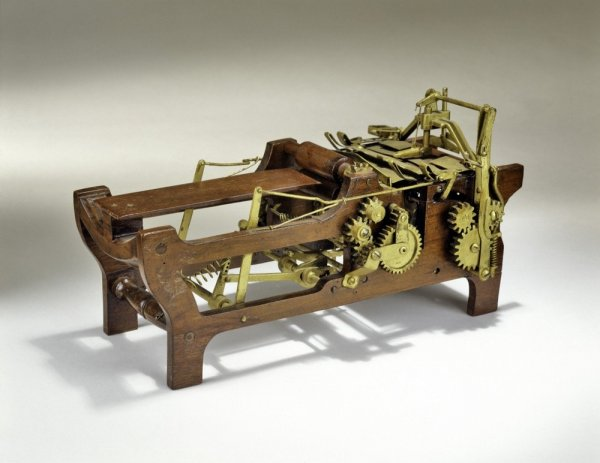 Это первая механическая машинка для изготовления бумажных пакетов