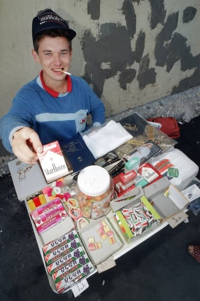 Молодой бизнесмен. Парень продаёт сигареты и жевательную резинку на одной из московских улиц, 1991 год.