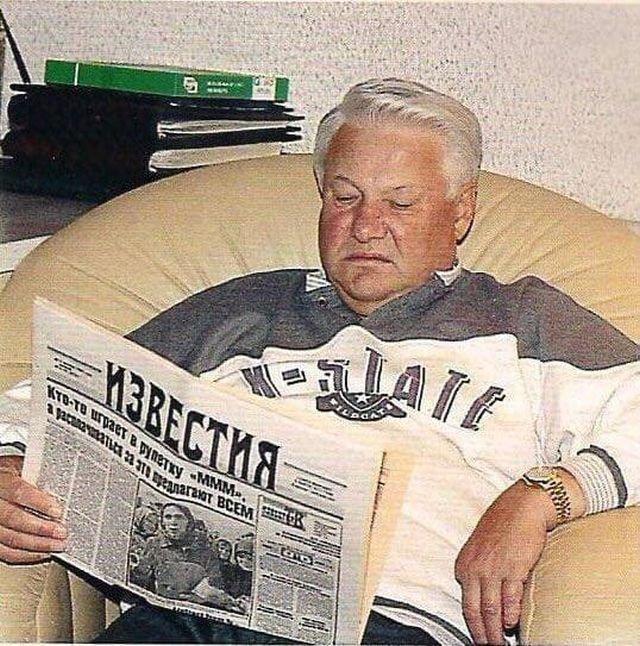 Сам Борис Ельцин назвал эту фотографию «Когда чтение — не отдых». 1994 год.