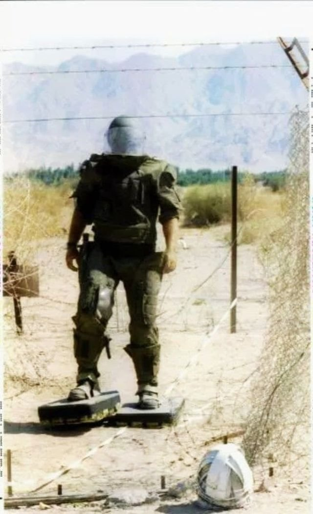 Израильский сапёр возвращается после разминирования на территорию своего государства с приграничной с Иорданией полосы. 18 октября 1994 года.