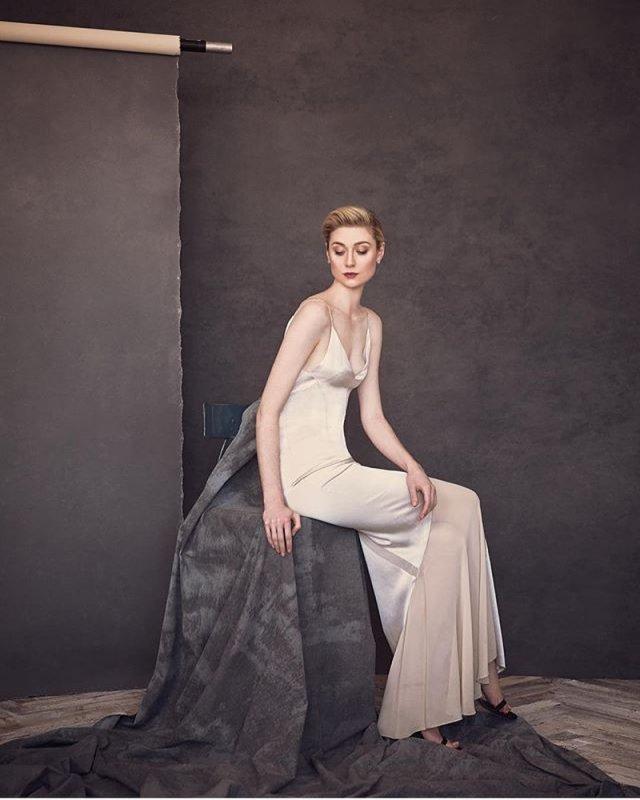 Австралийская актриса Элизабет Дебики в белом платье