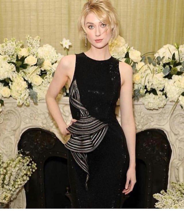 Австралийская актриса Элизабет Дебики в черном платье