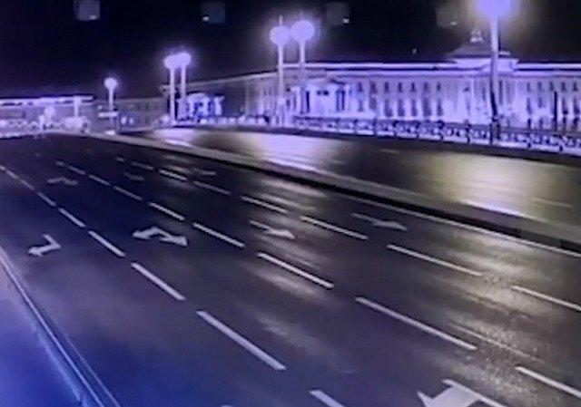 Машина депутата Госдумы Михаила Романова ночью пролетела Благовещинский мост в момент разводки