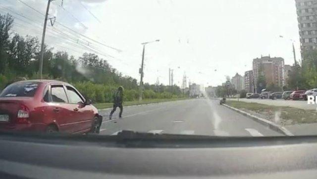 В Тольятти водитель сбил мотоциклиста, который встал у пешеходного перехода, пропуская человек
