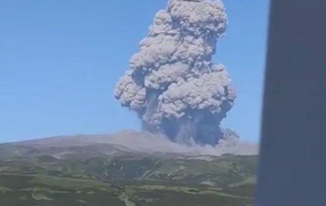 Красивые кадры: вулкан Эбеко в Северо-Курильске выбросил в небо огромный столб пепла