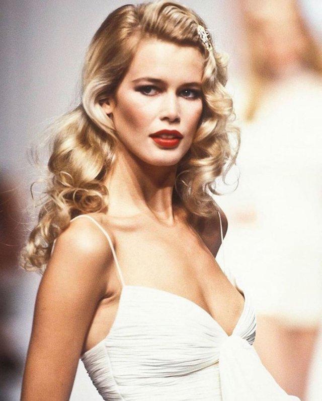 Клаудия Шиффер в белом платье