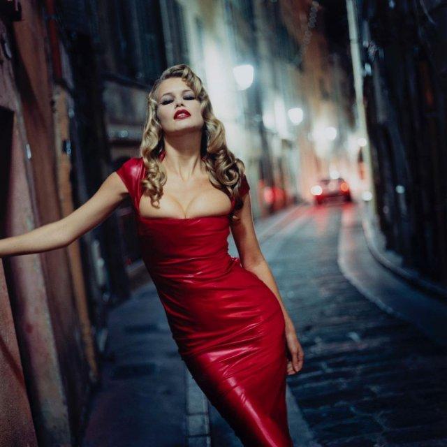 Клаудия Шиффер в красном платье с декольте