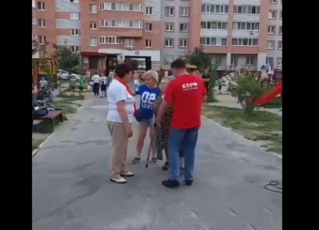 Бабуля прогоняет членов коммунистической партии, устроивших на улице акцию по привлечению внимания