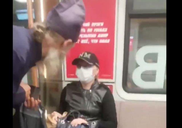 Поп пытается собрать милостыню в метро и оскорбляет людей