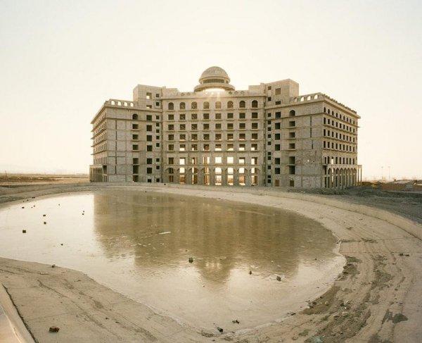Наполовину построенный, наполовину обветшавший отель в Турфане, Синьцзян