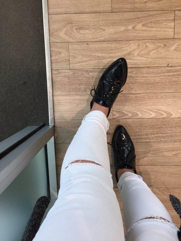 Разрезы на джинсах спустились куда-то ниже колена