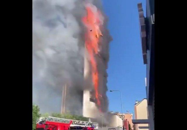 В Милане огонь полностью охватил 15-этажный дом