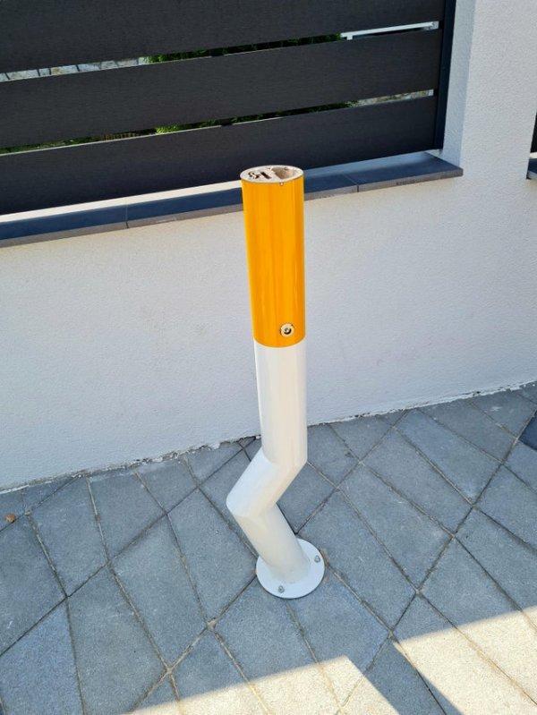 Урна для сигаретных окурков выполнена в виде потушенной сигареты